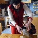Babici rad pomagam. Sploh če peče sirov štrudl. Njen je NAJBOLJŠI!