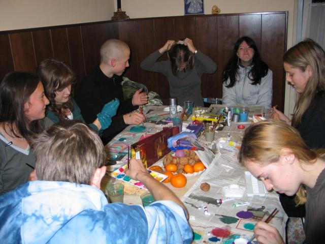 December 2007 - Priprava daril - obarvani in lepo zaviti podstavki za sveče bodo lepa dari