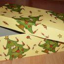 Vse skupaj pa je zapakiral v to novoletno škatlo.