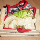 ... in v jabolčni kištici jabolčne krhlje (cela jabolka pač ne grejo noter); saj veste ENO