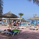 hotelski bazen ob morski obali