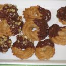 brizgani piškotki obliti s čokolado in  potreseni z orehi