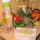 poleg vazice še škatlica (rižev papir, pokrov- servetna tehnika), v ozadju jesenski aranžm