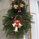 letošnja novoletna dekoracija na naših vratih (namestila sem poleg vrat), smrekove veje, r