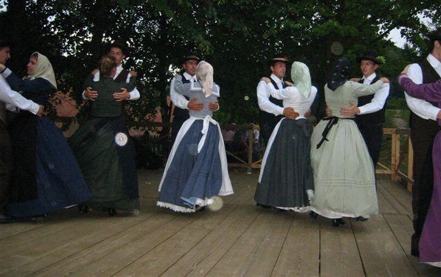Folklora - natop pri muzeju - foto