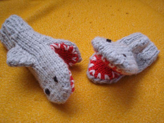 Ročno pletene rokavice - morski pes