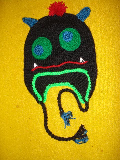 Ročno pletena kapa pošast