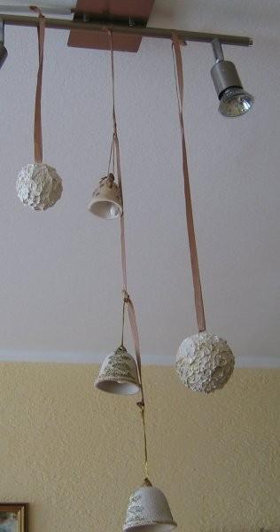 Praznična dekoracija:zvončki in rafaelo kroglice (stiroporne krogle,kit za les,bleščice).