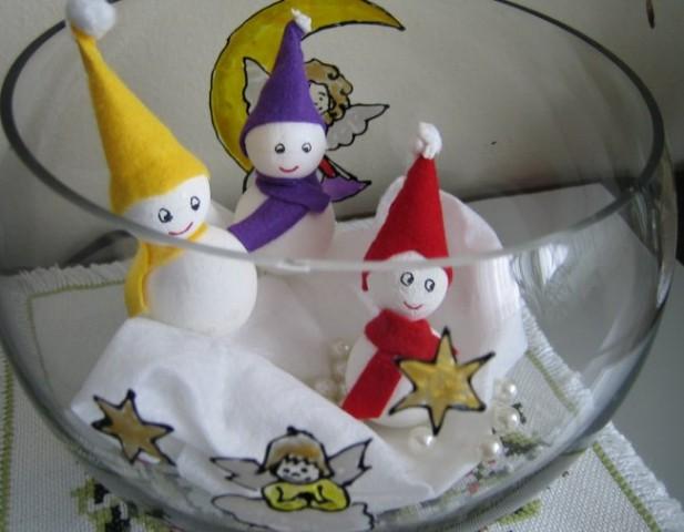 Snežaki na snegu (stiroporne kroglice prebarvane z belo barvo,kapa,šal iz filca).