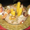 Adventni venček 2005:stiroporni obroč ovit z juto,doma narejene svečke,cimetove palčke,bis