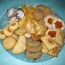Krožnik božičnih piškotov:kokosovi piškoti,cimetovi rogljički,kavini rogljički,linški pišk