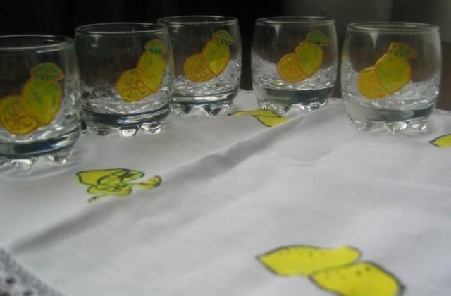 Limone na kozarčkih narisane z barvami za steklo,utrjene v pečici po navodilih proizvajalc
