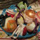 Plastična jajca obdelana z različnimi tehnikami.