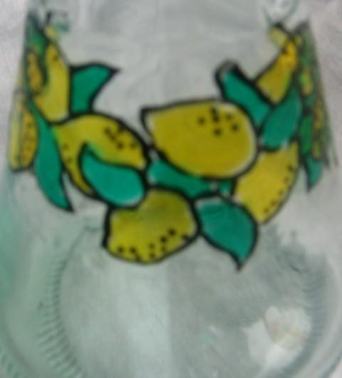 Limone narejene z lepljivimi barvami.