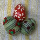 stiroporna jajca: rdece obarvano z akrilnimi barvami, lakirano; zeleni sta oblepljeni z me