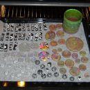 Pripravljeno za peko.... tisti čudni kupčki na desni so odtisi gumbov in podobnega, kar se