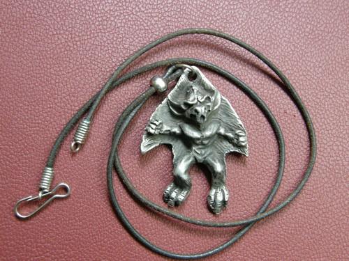 Obesek demona iz Londona (London dungeon), dolg 4,5cm; s trakcem.