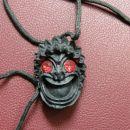Obesek maska, dolžina 3,5cm, trd črn les, namesto oči rdeča