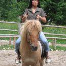 Dalila se še uči, kako ustaviti konja...