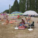 Prijetna plaža tik ob kampu.