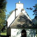 Cerkvica zraven gostišča pod lipo, ki je zaradi potresa ostala brez zvonika.