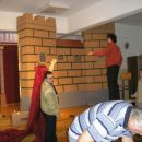Postavljanje kulis v Ljubljani na Rakovniku v okviru Misijonske vasi (Lj 21.10)