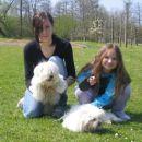 levo moja sestrična s svojim maltežančkom Timijem in desno moja nečakinja Elara z mojo She
