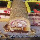 Torta metulj:  Levo: jogurtova krema z malinami in višnjami Rolada: s kislo smetano Des