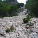 Plaz izpod Žmavčarjev je uničil spodnji del poti...