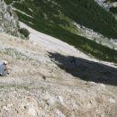 Mojstrsko spuščanje planincev po melišču...kar po riti
