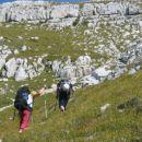 vzpenjanje po strmih travah na južni greben Travnika