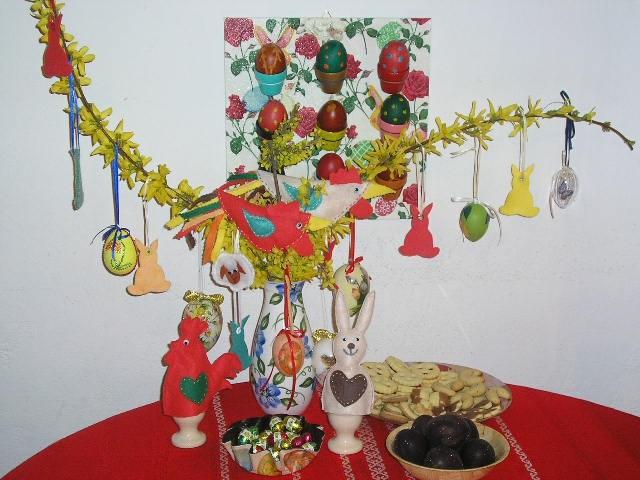 Velikonočna dekoracija na mizi. V ozadji v lončkih so tudi prava jajčka. Tista temna spoda