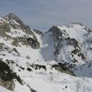 Levo Mali Draški vrh, desno Viševnik, med njima Srenjski preval