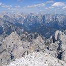 Panorama Julijcev z vrha Divje koze; desno spodaj Trbiška Krniška špica in Visoka Bela špi