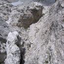 Pot na Trbiško Krniško špico, slikana med sestopom (del poti, ki poteka po pečevju na levi