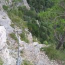 Zadnji metri plezalne poti Pittentaler Klettersteig; izstopna zajeda se konča pri grmu - b