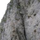 Na vstopu: vidna je lestev in nevarna ter izpostavljena zajeda nad njo, kjer ni žice za sa