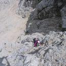 Med plezanjem na V Koncu špico; lepo se vidi, koliko grušča je naloženega na skalah