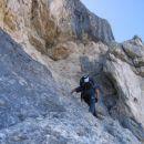 Plezanje čez te skale proti vrhu Tofane di Mezzo lajšajo vklesani stopi (ferrata Gianni Ag