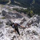 Strmo in izpostavljeno plezanje v ferrati Giuseppe Olivieri na Punta Anno - globoko spodaj