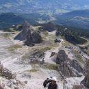 Plezanje v ferrati Giuseppe Olivieri na Punta Anno; spodaj se vidi koča Pomedes