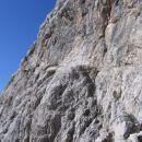 Polica, po kateri prečimo levo na greben (ferrata Giuseppe Olivieri na Punta Anno)