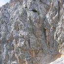 Čez to strmo in izpostavljeno steno poteka ferrata z Visoke Ponce proti koči Zacchi