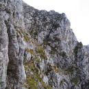 Čez to navpično in izpostavljeno travnato-skalnato pobočje poteka sestop z Zadnje Ponce v
