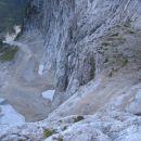 Pogled iz zgornjega dela poti Via della Vita v globino; spodaj je viden vstopni kamin