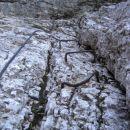 Navpičnica nad steno z verigo, ki nas pripelje do ozke poličke v desno (pot Via della Vita