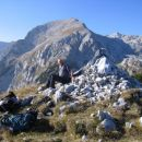 Na vrhu Ogradov; zadaj mogočni Debeli vrh in dolina Za Debelim vrhom desno od njega