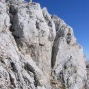 Jasno viden kamin na desni je še nekoliko lažja alternativa prehoda iz škrbine na predvrh