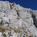 Pogled iz škrbine med predvrhom in glavnim vrhom Debelega vrha na steno, ki jo je treba pr