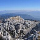 Pogled z Debelega vrha proti predvrhu, ki ga od glavnega vrha loči